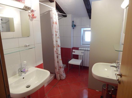 Kozina, Slovenya: Bathroom for girls