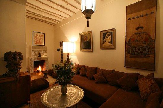 Riad Dar Thania : Le salon cheminée