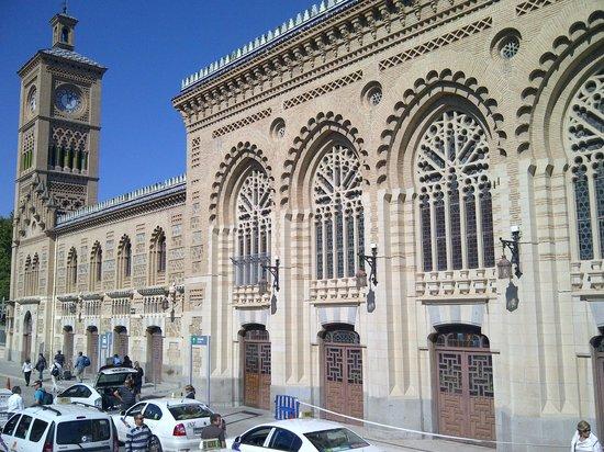 Estación del Ferrocarril: Vista de la fachada con una torre con reloj