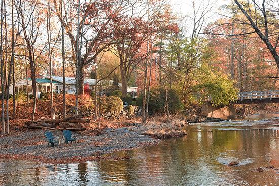 The Woodstock Inn on the Millstream: Our breakfast lobby looks right over the stream