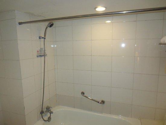 بكين رينبو هوتل: Bathroom