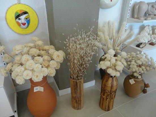 Artesanato Quadros Para Sala ~ Flores feitas com conchas e madrepérolas Picture of Centro de Artesanato de Pernambuco Unidade