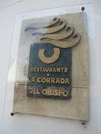 La Corrada del Obispo: Cartel en la fachada.