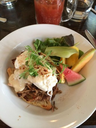 Chez Eric Cafe Bistro: Delicious eggs bene
