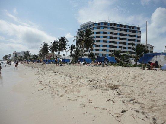 Hotel Blue Tone: el hotel desde la playa