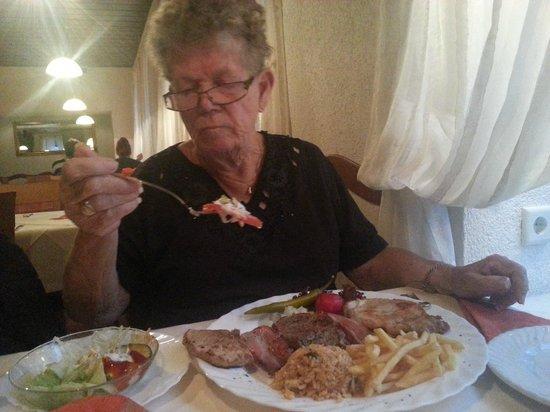Macedonia Restaurant: Makedosnkt grillspett. (och mor till undertecknad)