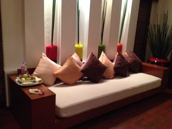 La Flora Resort Patong: seating in the bedroom