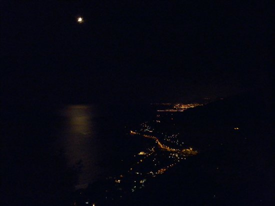 La Riserva di Castel d'Appio : The view from our room at night, the moon was lighting up the sea