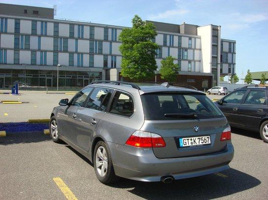 INNSIDE Bremen Hotel: стоянка перед отелем