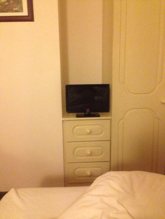 The Little Thatch  Hotel Gloucester: Lovely place to stay, smallest tv in the world!