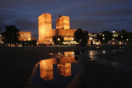 Smarthotel Oslo : Cityhall by night