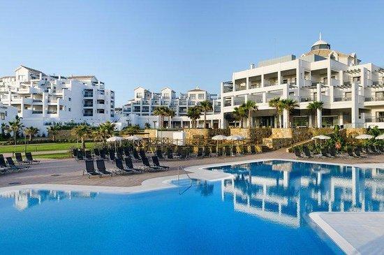 Hotel Fuerte Estepona : Piscina y hotel