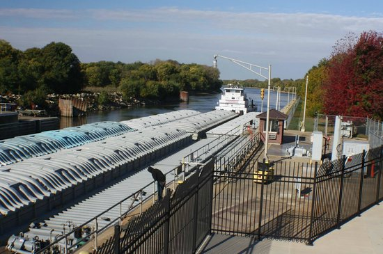 Illinois Waterway Visitor Center: Barges