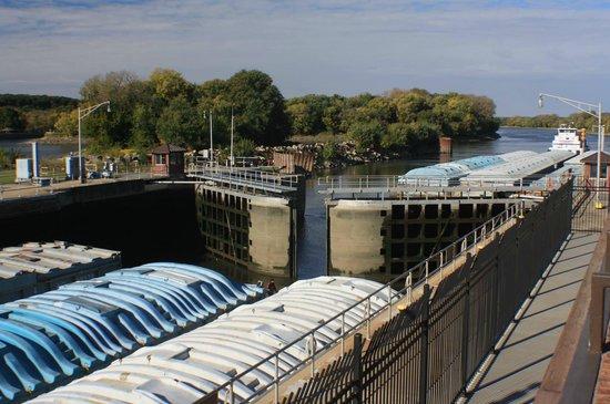 Illinois Waterway Visitor Center: Locks closing