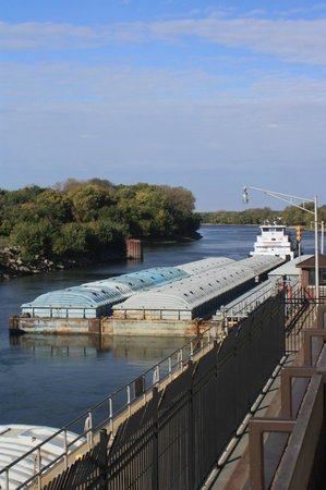 Illinois Waterway Visitor Center: Waiting for the locks to close