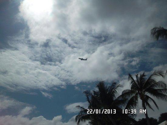 Chaweng Garden Beach Resort: самолет над отелем