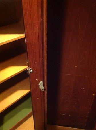 Radisson Blu Hotel Norge : broken cupboard door
