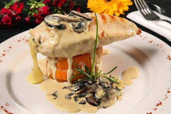 Impetu Bistro: Pechuga rellena caprese: Pechuga de pollo rellena de muzarella, tomates secos y albahaca.