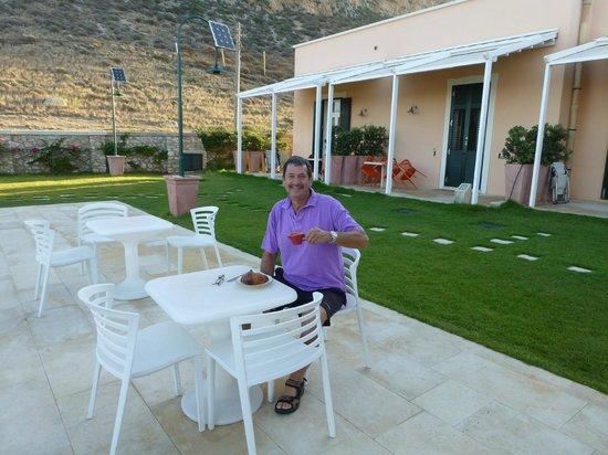 Nido del Pellegrino : informal breakfast outside