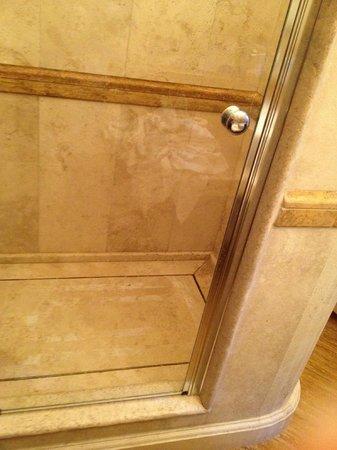 Al Palazzetto: Local stone tiles for the bathroom