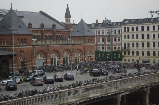 Copenhagen Plaza Hotel: View of Copenhagen's railway station from my room at the Plaza Hotel. Note all the bicycles.