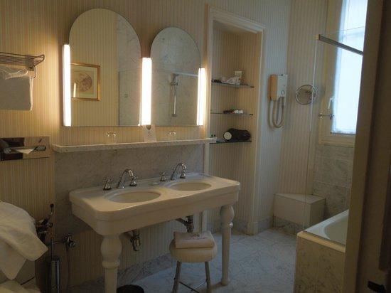 Hotel Westminster: Spacious bathroom