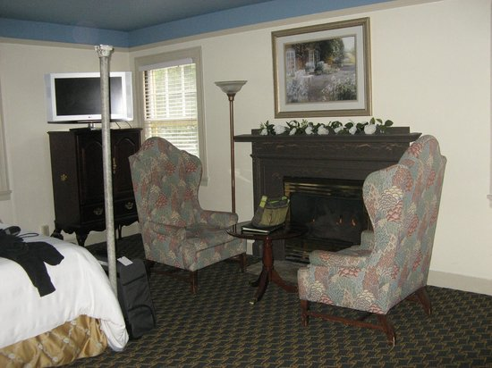 Columbia Gorge Hotel: gas fireplace in room