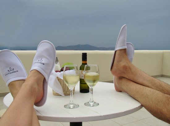 Petit Palace Suites Hotel: Welcome wine and fruits!