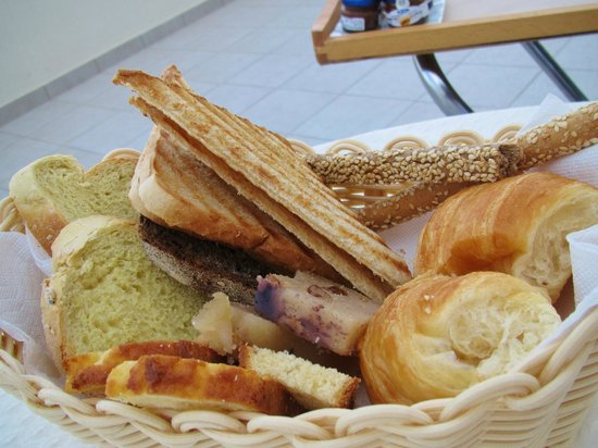 Petit Palace Suites Hotel: Yummy bread basket!