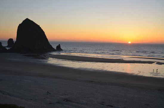 Hallmark Resort & Spa Cannon Beach: Sunset view from our room