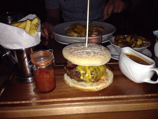 Hamlet Court Hotel: Amazing burger from Murtys Bar