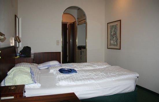 Derag Livinghotel Kaiser Franz Joseph: Zimmereinrichtung rechts steht dann Schreibtisch und 2 Stühle