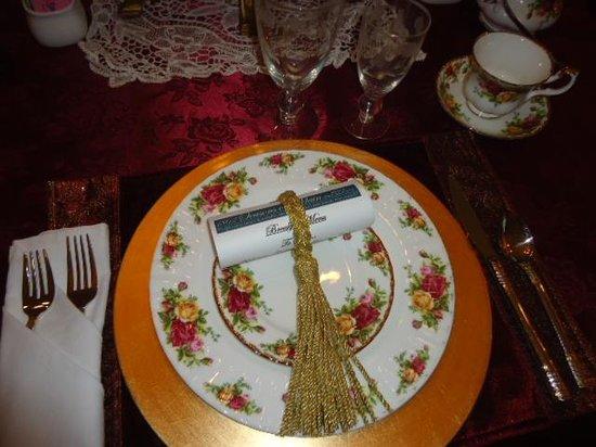 1862 Seasons On Main B&B : elegant table ware at breakfast