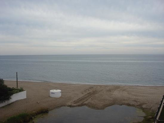 VIK Gran Hotel Costa del Sol: side view towards the sea. no direct access to beach; walk out and round.