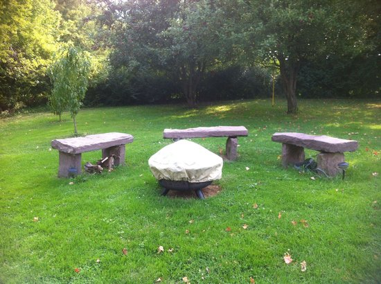 A Stone's Throw Bed and Breakfast: Fire pit