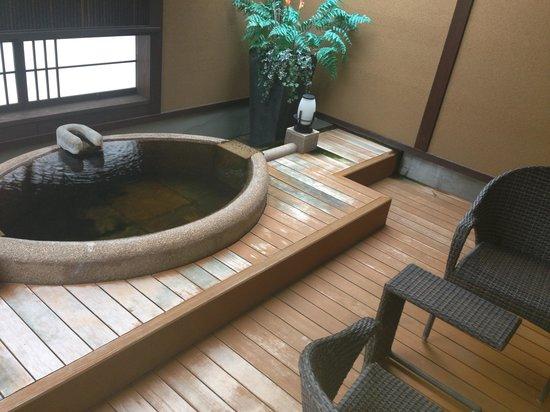 Konaya Hotel Urban Villa : 和室の源泉かけ流し露天風呂