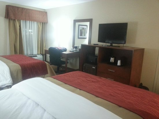 Holiday Inn Express Harrisburg SW-Mechanicsburg: Desk, free wifi, large tv, fridge, and microwave