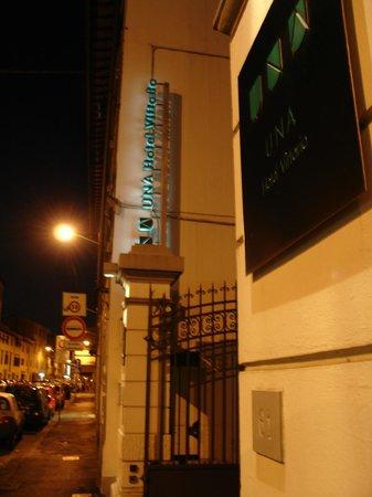 UNA Hotel Vittoria : Puerta principal de acceso al recinto del hotel