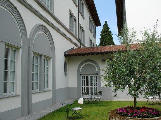 UNA Hotel Vittoria : Jardín interior