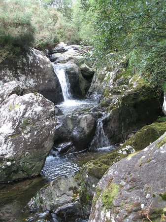 Gleninchaquin: waterfalls on walking path