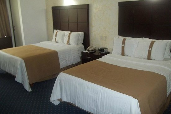 Holiday Inn San Luis Potosi Quijote: Comfy beds with fluffy pillows to choose from.
