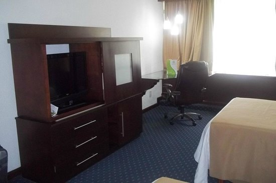 Holiday Inn San Luis Potosi Quijote: Big desk with High Speed Internet Access