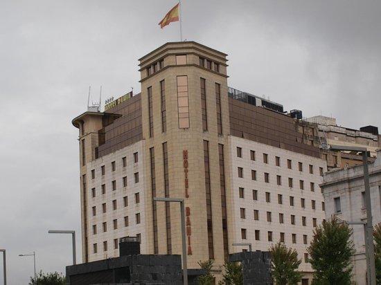 Hotel Bahia Santander : El hotel desde la parada del bus