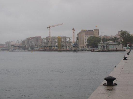 Hotel Bahía Santander: El Hotel al fondo