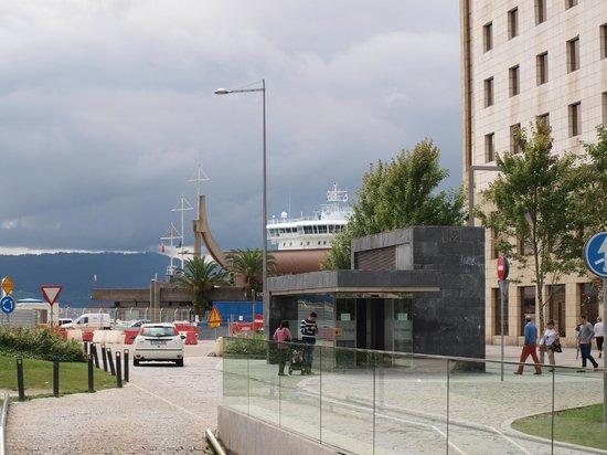 Hotel Bahía Santander: Lateral del hotel, donde se encuentra la cafetería