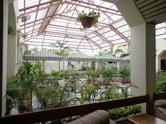 Hotel Ramada : teto da area da piscina