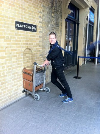 Black Taxi Harry Potter Film Tours : Platform 9 3/4