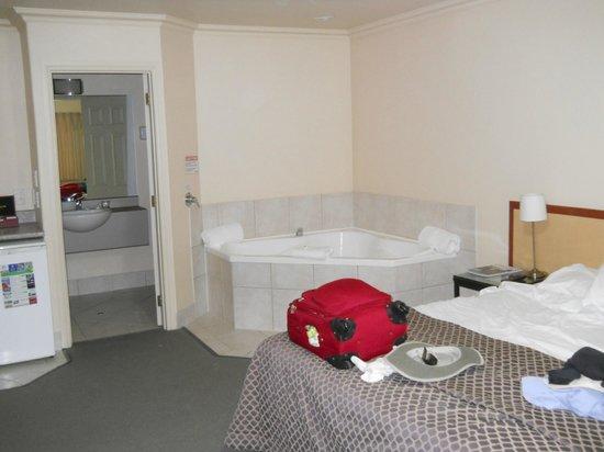 Tuscany Villas Whakatane: Spa in our room!