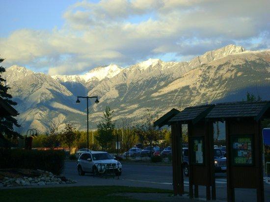 Jasper Information Centre: montagnes vus du centre