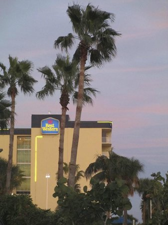 Best Western Cocoa Beach Hotel & Suites : our room in separate building: away from main road & steps from Coco Beach